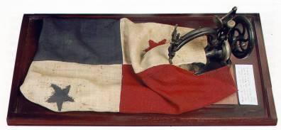 La foto muestra una bandera común, de luego del 10 de noviembre de 1903, cuando ya el cuadro blanco-estrella azul estaba arriba. En este caso, se colocó al revés para simular la primera bandera, pero las estrellas nos indican que fue colocada exprofeso.